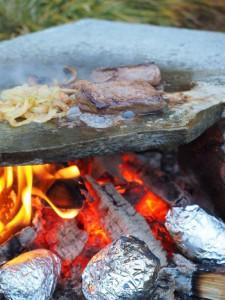 Mat på bålet. Foto Arne Nohr